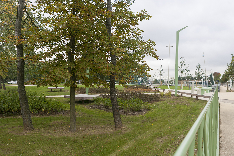 Structures de jeux pour enfants dans un espace vert arboré